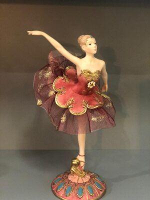 Bailarina apoyada en una pierna